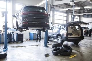 自動車修理工場を営む